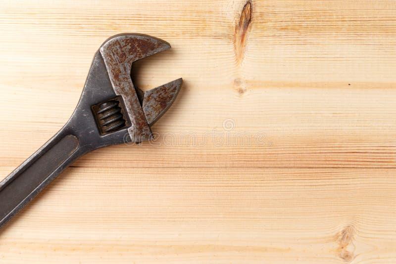 Llave ajustable vieja, oxidada en fondo de madera Visi?n superior Endecha plana ilustración del vector