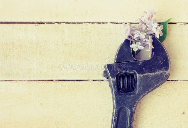 Llave ajustable vieja, rama de la lila fotografía de archivo