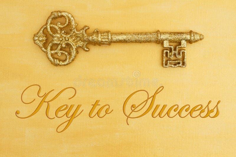 Llave al mensaje de éxito con oro apenado pintado a mano con llave de oro imagenes de archivo