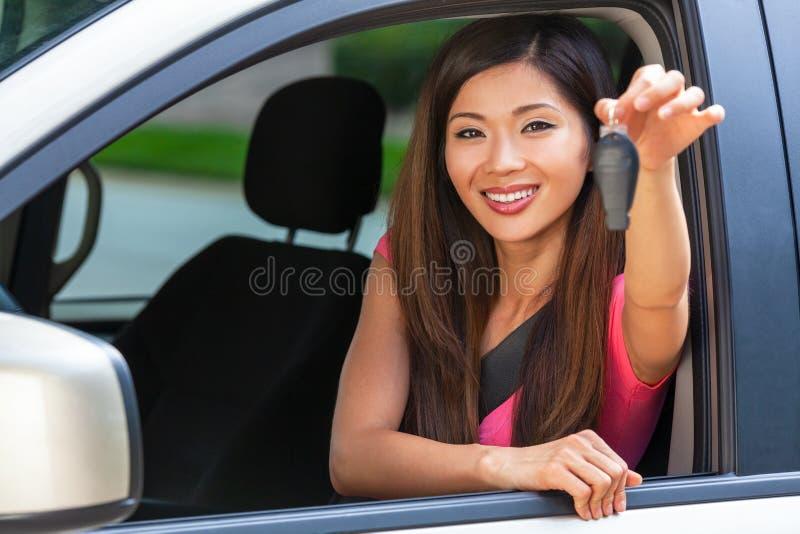 Llave asiática china de la tenencia de la muchacha de la mujer joven que conduce la sonrisa del coche imágenes de archivo libres de regalías