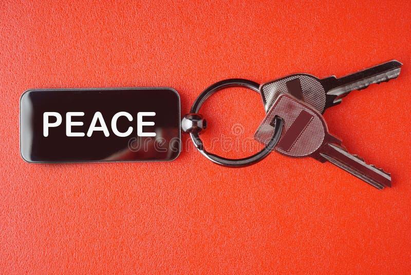 Llave con palabra en fondo rojo, fotografía de archivo