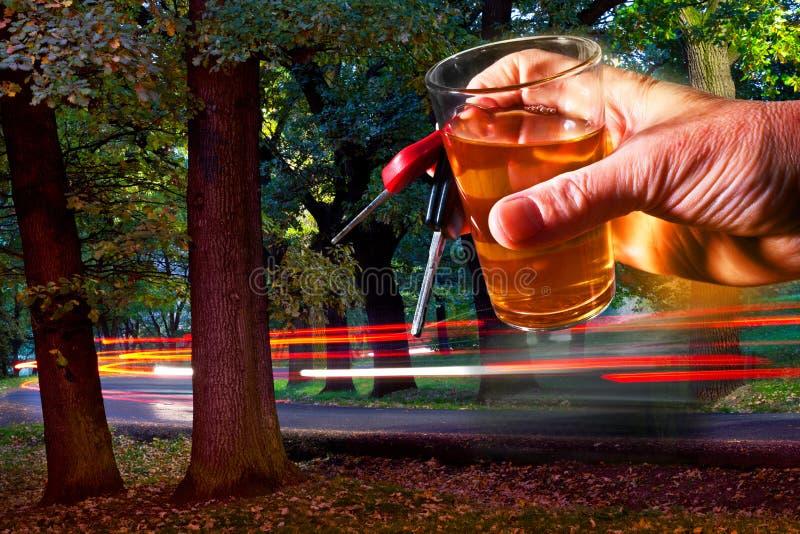 Llave de coche y vidrio de los espíritus imagen de archivo libre de regalías