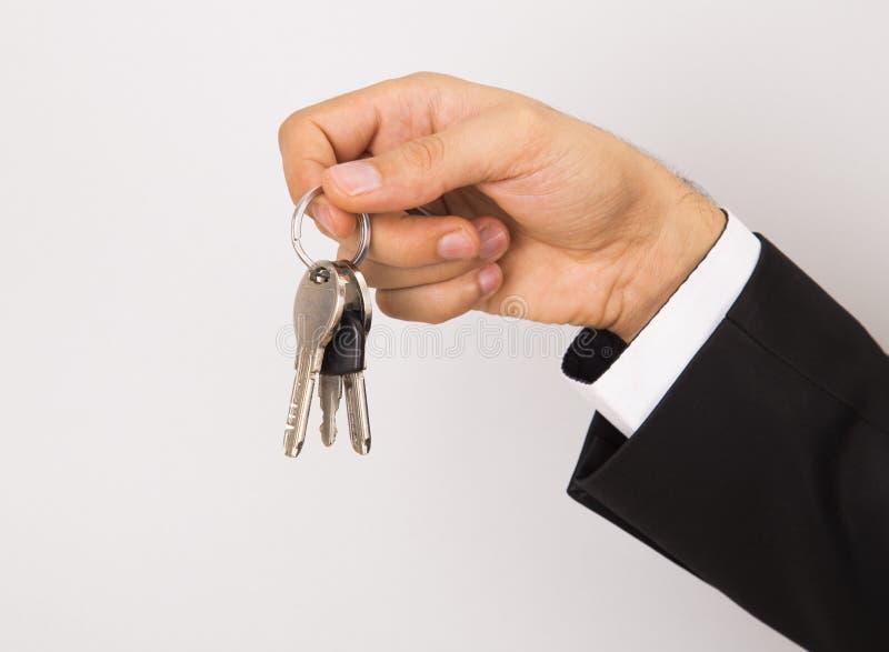 Llave de la casa de la tenencia del agente inmobiliario a disposición foto de archivo libre de regalías