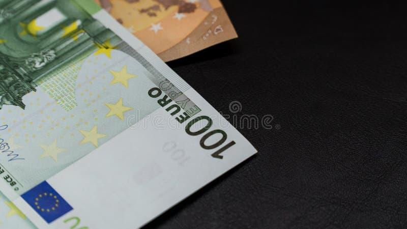 Llave de la seguridad del usb del dinero en sobre en la libreta negra del fondo imagenes de archivo