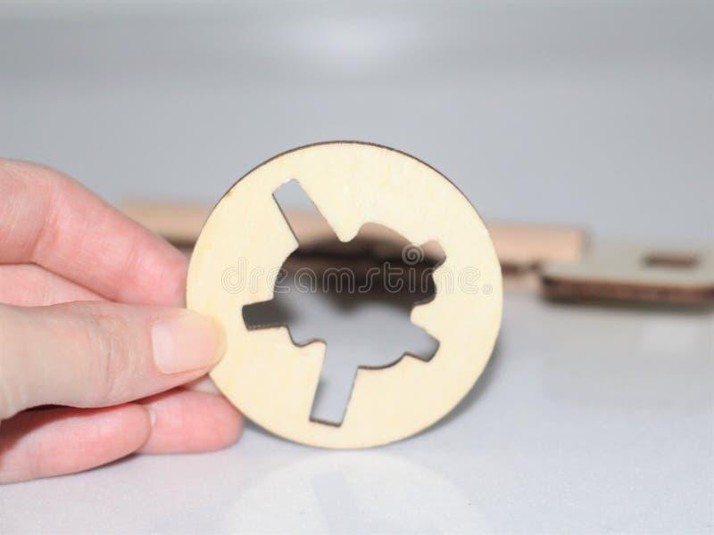 Llave de madera para el desarrollo de la lógica Rompecabezas para los niños imágenes de archivo libres de regalías