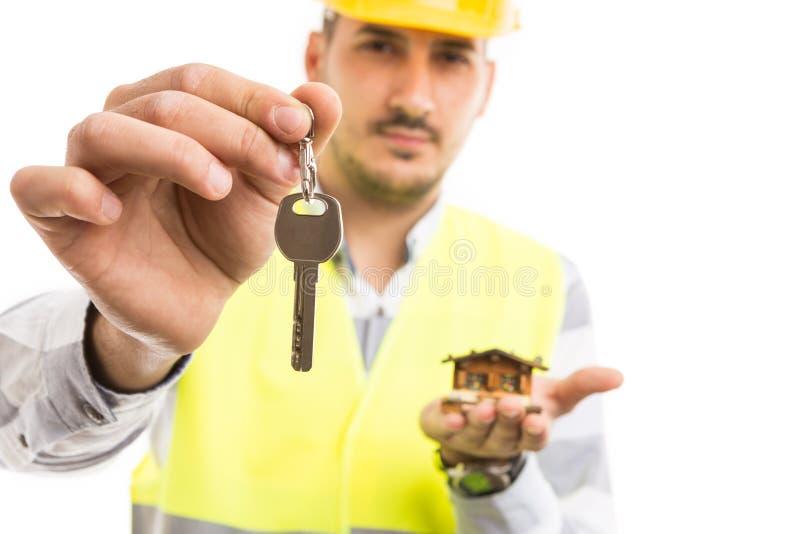 Llave de ofrecimiento hermosa del constructor o del constructor a la nueva casa fotos de archivo