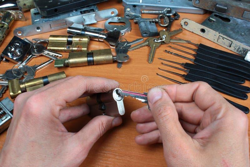 Llave de partes movibles del cerrajero en cerradura de cilindro imagenes de archivo