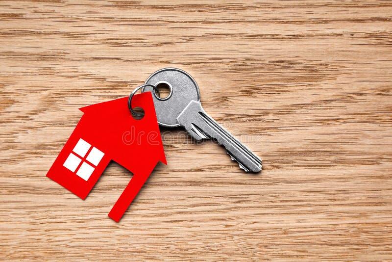 Llave de plata con la figura roja de la casa imagen de archivo libre de regalías