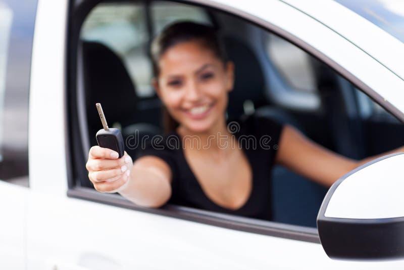 Llave del coche de la mujer foto de archivo