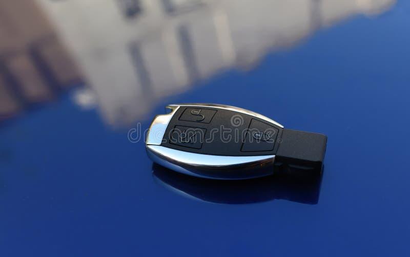 Llave del coche en un fondo azul fotografía de archivo