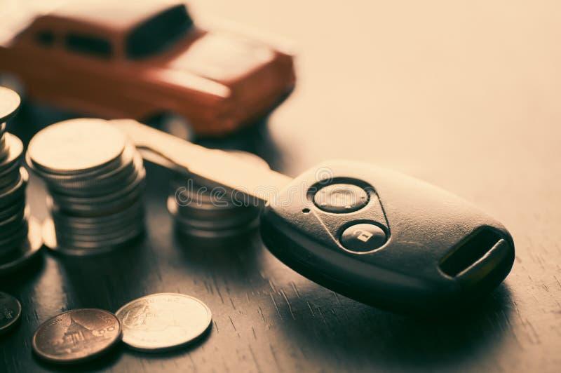Llave del coche y apilada de monedas del dinero imágenes de archivo libres de regalías