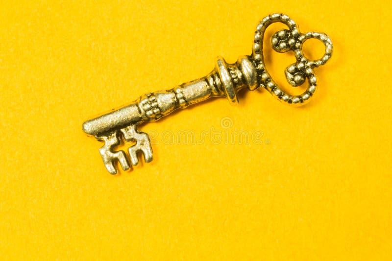 Llave del vintage aislada en fondo amarillo imagen de archivo libre de regalías