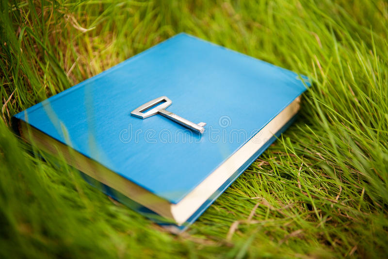 Llave en el libro imagen de archivo
