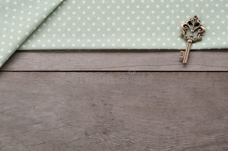 Llave en fondo texturizado madera imagenes de archivo