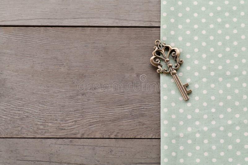 Llave en fondo texturizado madera fotografía de archivo libre de regalías