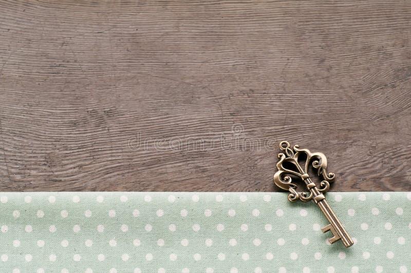 Llave en fondo texturizado madera fotos de archivo libres de regalías