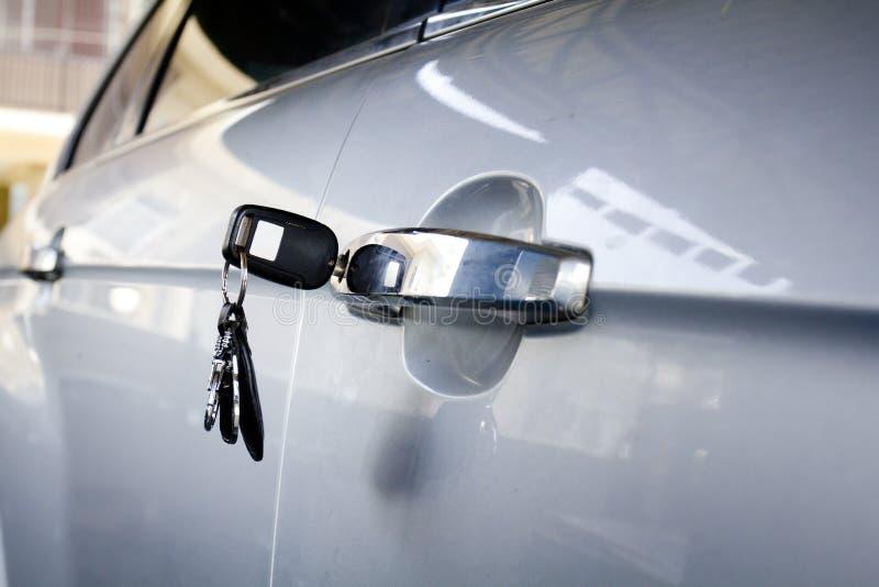 Llave izquierda en la puerta de coche foto de archivo
