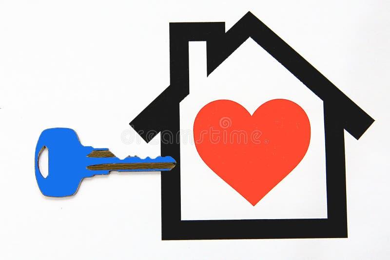 Llave a la nueva casa preciosa ideal imagen de archivo libre de regalías