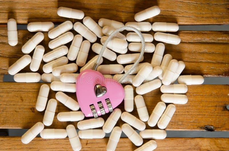 Llave principal rosada en la droga de la cápsula imágenes de archivo libres de regalías