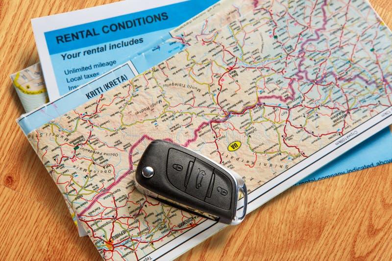 Llave remota del coche, mapa y contrato de alquiler imágenes de archivo libres de regalías