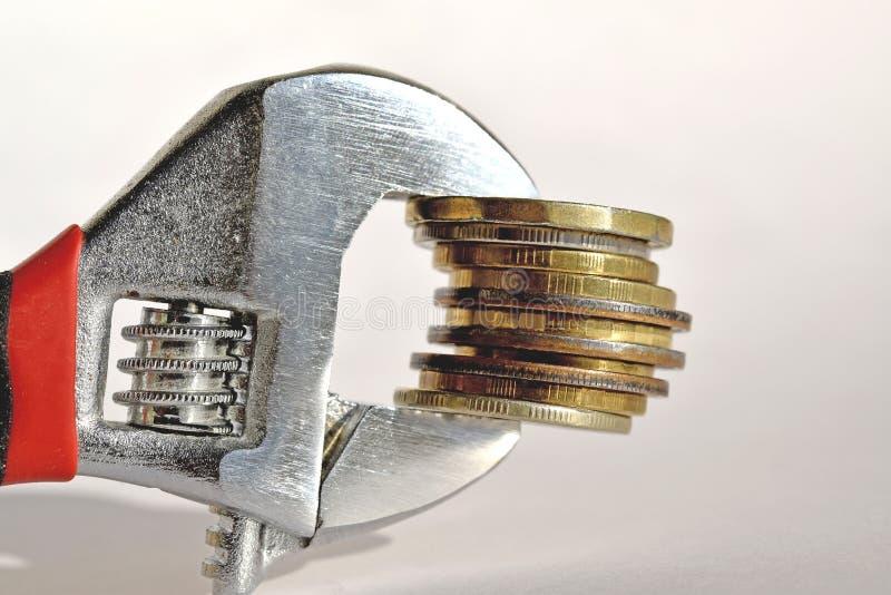 Llave y monedas El concepto de confiabilidad financiera imágenes de archivo libres de regalías