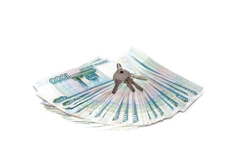 Llave y rublo rusa de los billetes de banco del dinero en el fondo blanco en el valor nominal de mil Concepto rico fotografía de archivo libre de regalías