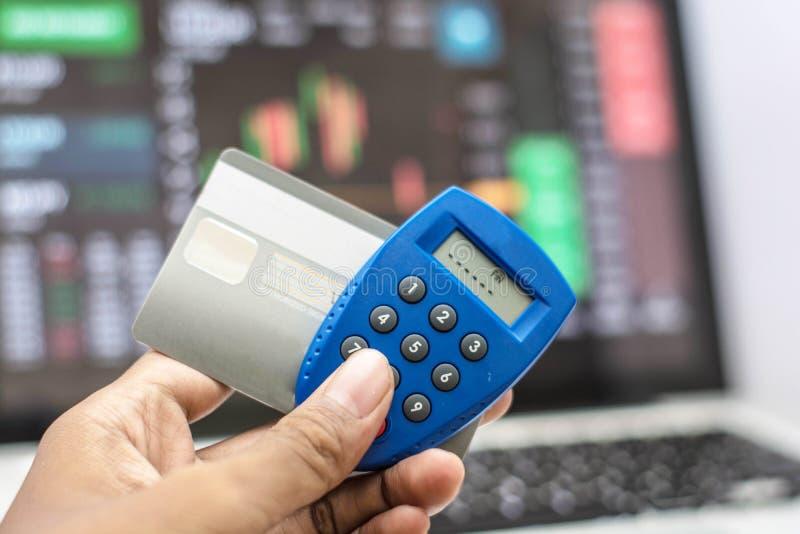 Llave y tarjeta de cajero automático de la seguridad del teléfono y de Internet de la tenencia de la mano con la transacción de I imagen de archivo libre de regalías