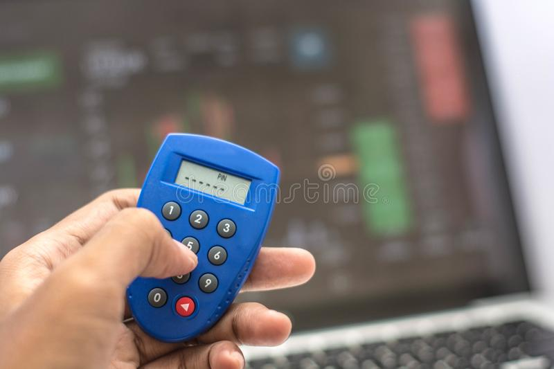 Llave y tarjeta de cajero automático de la seguridad del teléfono y de Internet de la tenencia de la mano con la transacción de I fotografía de archivo libre de regalías