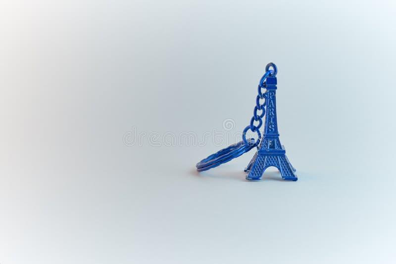 Llavero azul del recuerdo de la torre Eiffel del color fotografía de archivo