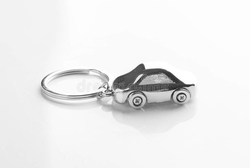 llavero bajo la forma de coche aislado en blanco fotografía de archivo