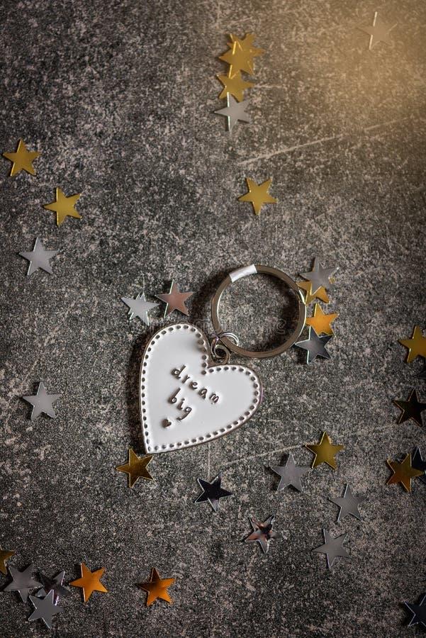 Llavero en la forma del corazón y del SUEÑO del lema GRANDES fotos de archivo