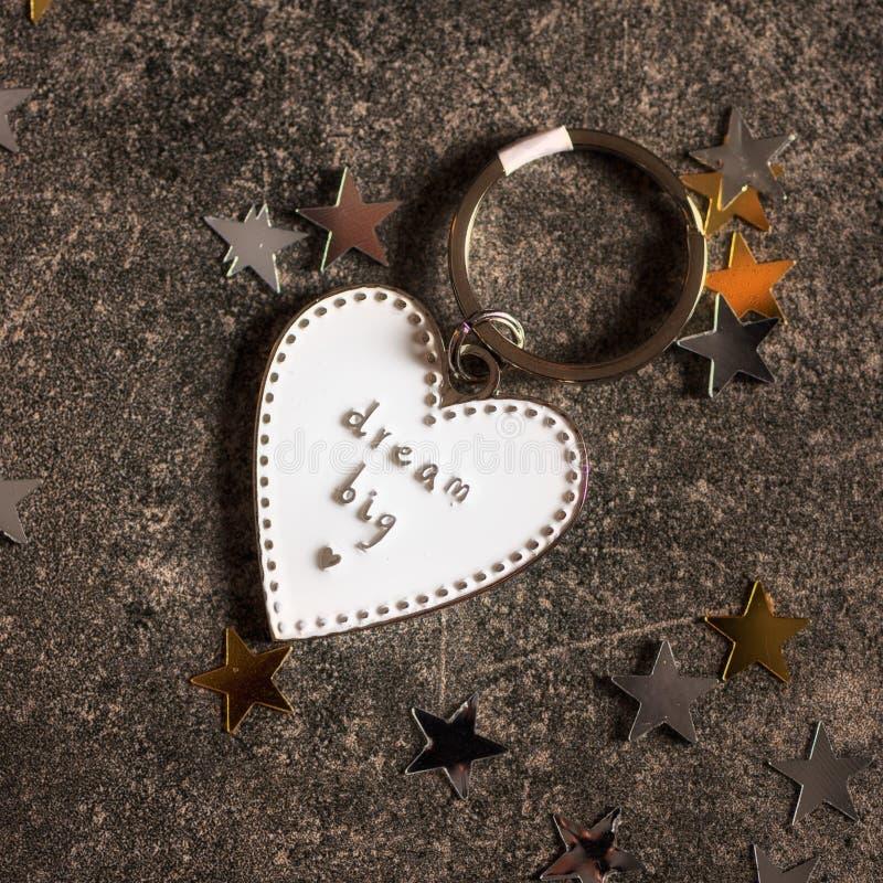 Llavero en la forma del corazón y del SUEÑO del lema GRANDES fotografía de archivo