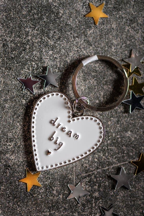 Llavero en la forma del corazón y del SUEÑO del lema GRANDES imágenes de archivo libres de regalías