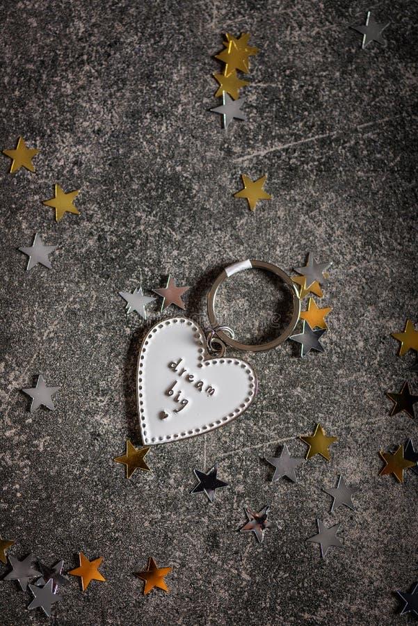 Llavero en la forma del corazón y del SUEÑO del lema GRANDES foto de archivo