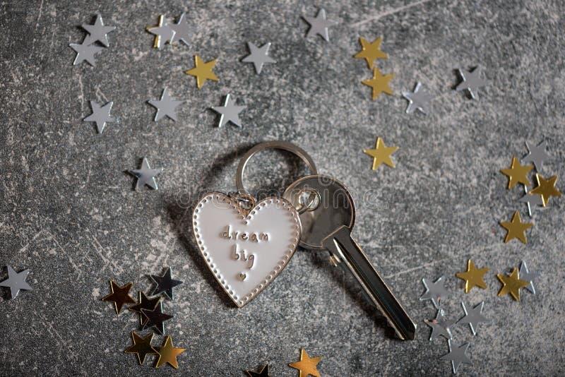 Llavero en la forma del corazón y del SUEÑO del lema GRANDES fotografía de archivo libre de regalías