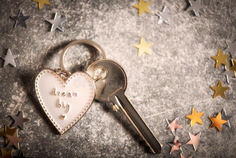 Llavero en la forma del corazón y del SUEÑO del lema GRANDES imagen de archivo libre de regalías