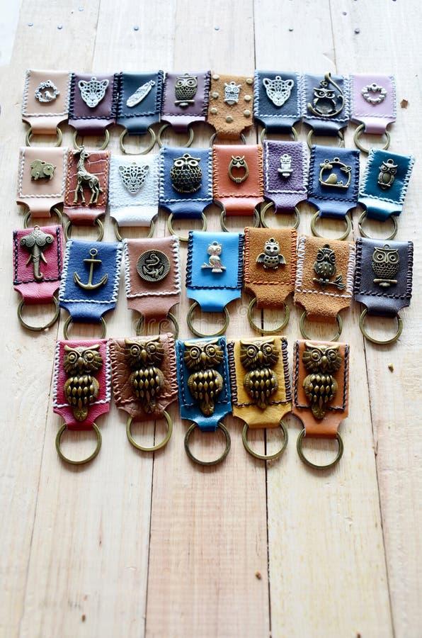 Llavero hecho a mano y pequeño bolso hechos del cuero foto de archivo