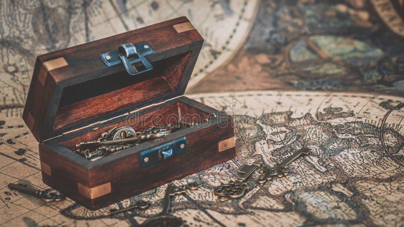 Llaves antiguas en cofre del tesoro imagen de archivo
