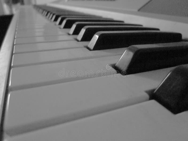 Llaves blancos y negros del piano imágenes de archivo libres de regalías