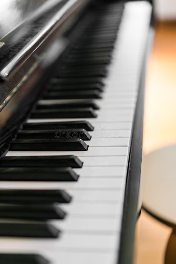 Llaves del piano, cierre encima del tiro imagenes de archivo