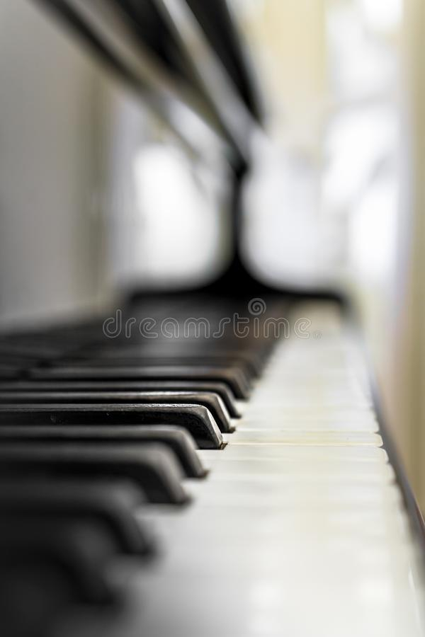 Llaves del piano con el DOF bajo foto de archivo libre de regalías