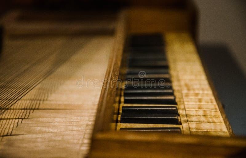 Llaves del piano en el instrumento viejo fotos de archivo
