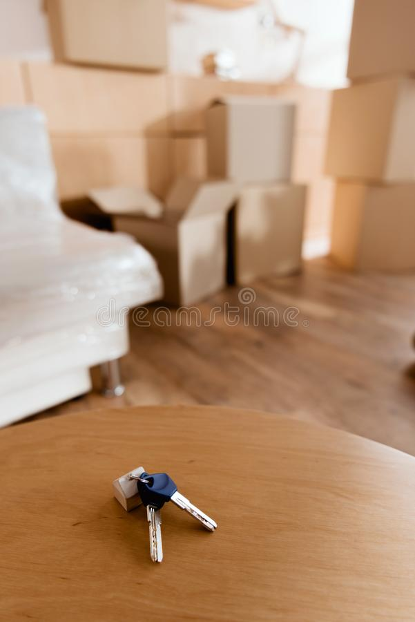 llaves en la tabla en el nuevo apartamento con las cajas de cartón, concepto móvil foto de archivo libre de regalías