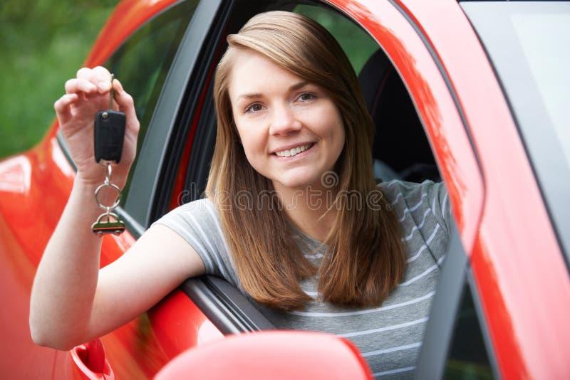 Llaves femeninas jovenes de In Car Holding del conductor foto de archivo libre de regalías