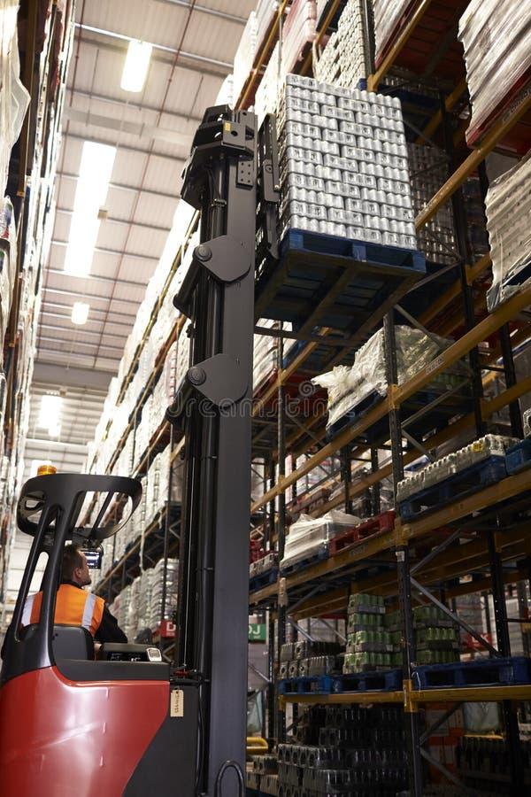 Lle azione commoventi del camion del camion della navata laterale in un magazzino, verticale immagine stock libera da diritti