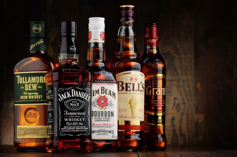 Lle bottiglie di 5 marche del whiskey da U.S.A., da Irland e dalla Scozia immagini stock