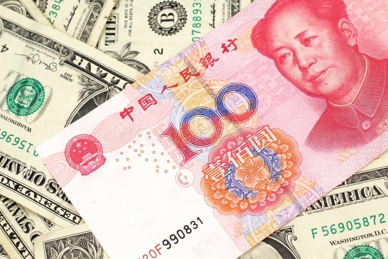 Lle cento banconote cinese di yuan con le banconote in dollari dell'americano uno immagine stock
