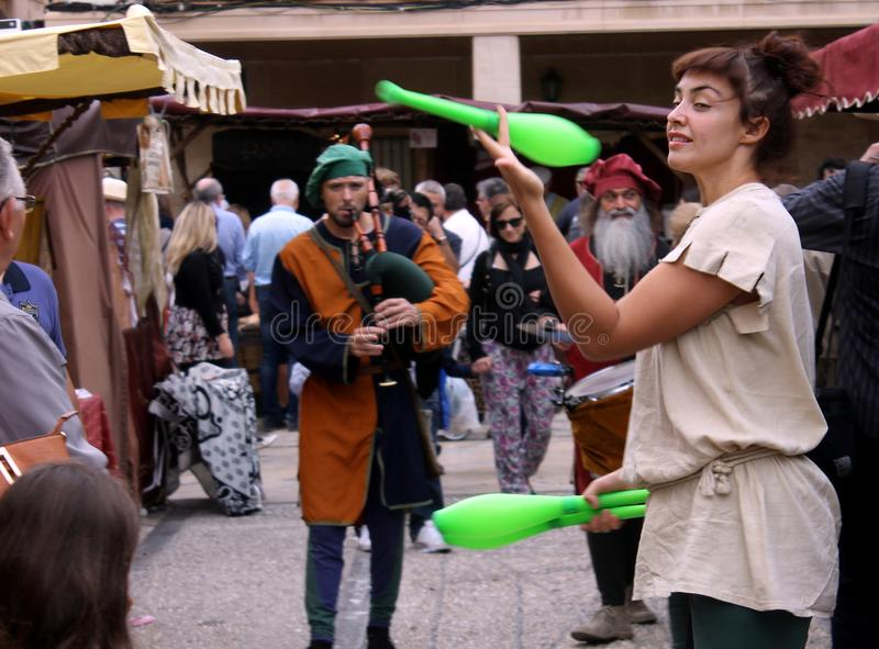 Lle giocoliere femminili dell'artista alla fiera medievale a Elche, Spagna immagini stock