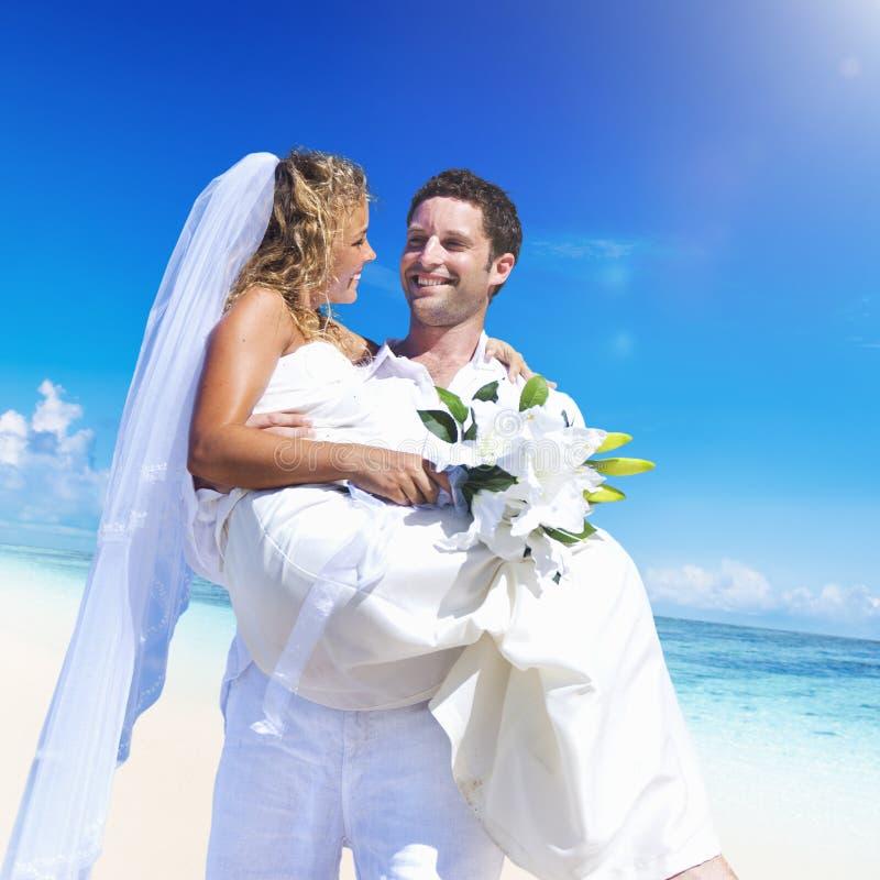 Lle nozze delle coppie sul concetto di amore della spiaggia immagini stock