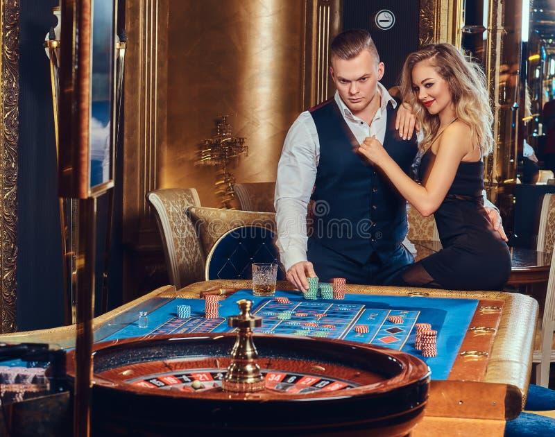 Lle roulette del gioco della donna e dell'uomo immagine stock libera da diritti